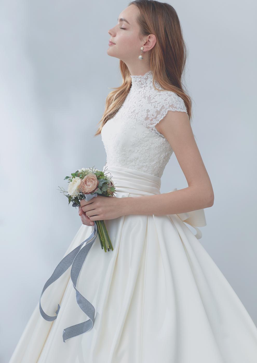花嫁らしさを引きたてるフェミニンなお袖ドレス