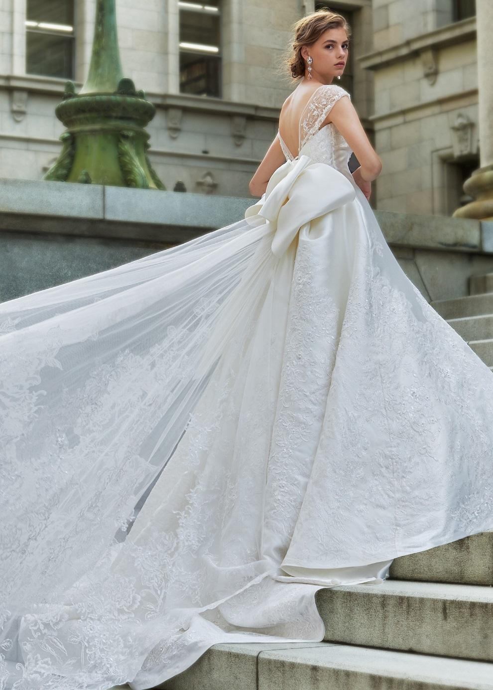 リボンのロングトレーンのウェディングドレス