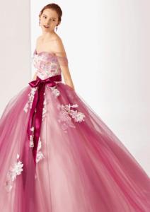 可愛らしさと優美さ、両方兼ね備える袖付きドレス