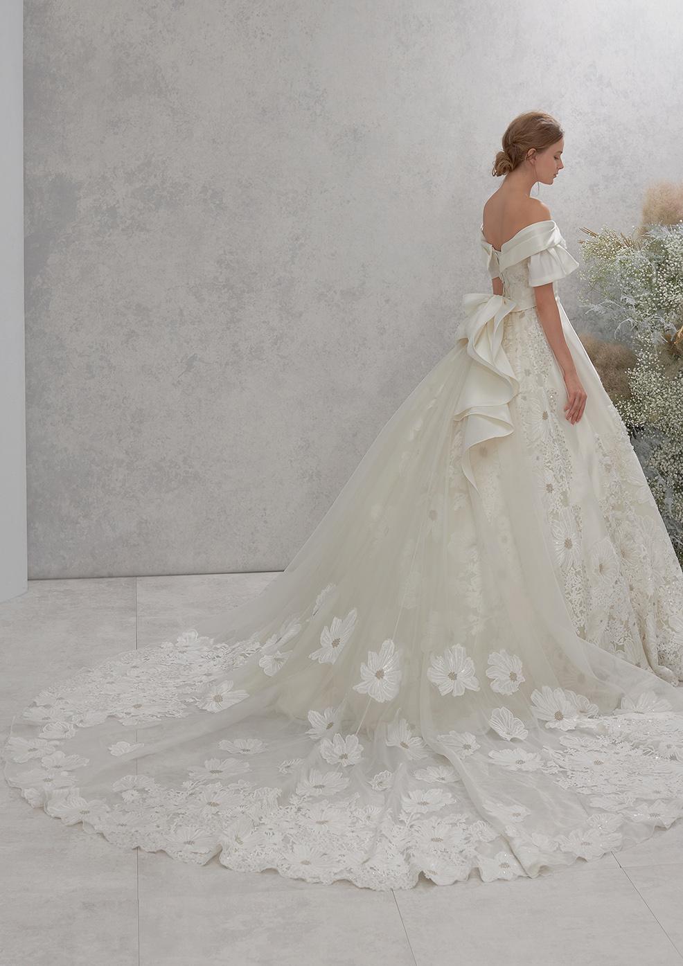 ロングトレーンが人気のウェディングドレス