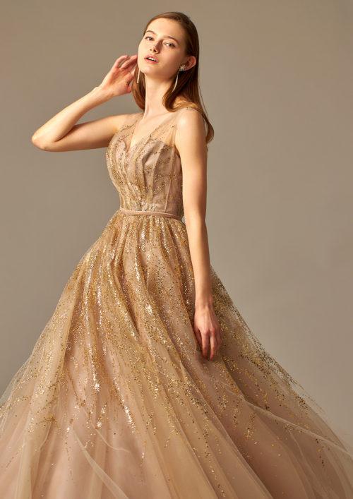 ボリュームレスが魅力のナチュラルカラードレス